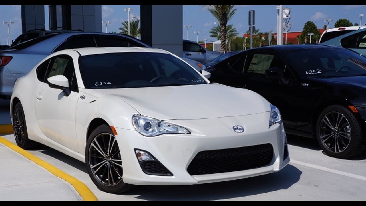 How does the n charlotte scion fr s compare with the nissan 370z