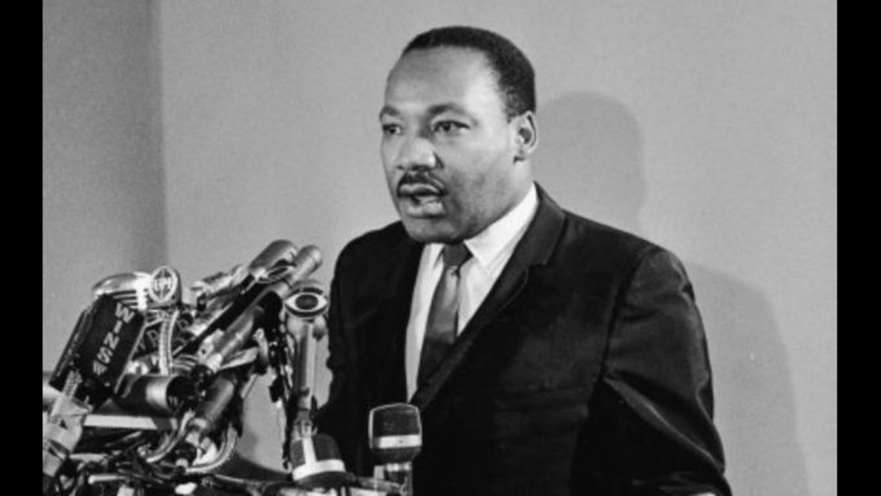 a comparison of mahatma gandhi and dr martin luther king About dr king about mrs king the king philosophy it was dr martin luther king an ardent student of the teachings of mohandas k gandhi, dr king was.