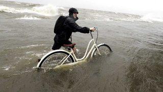 Barry empapa la costa sur de EE.UU., hay riesgo de inundaciones